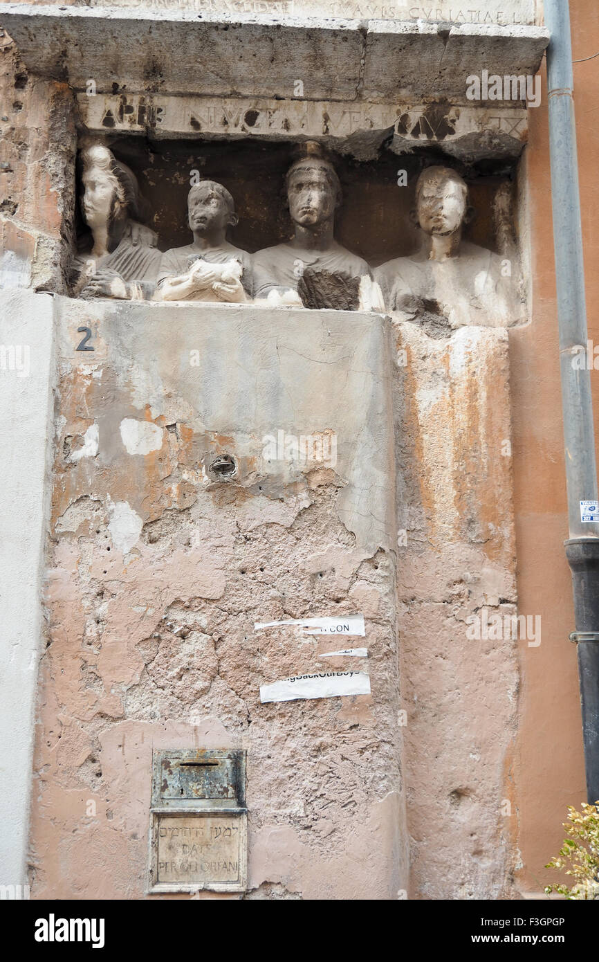 Sculpture of four busts and a plaque with Hebrew script on a wall. - Stock Image