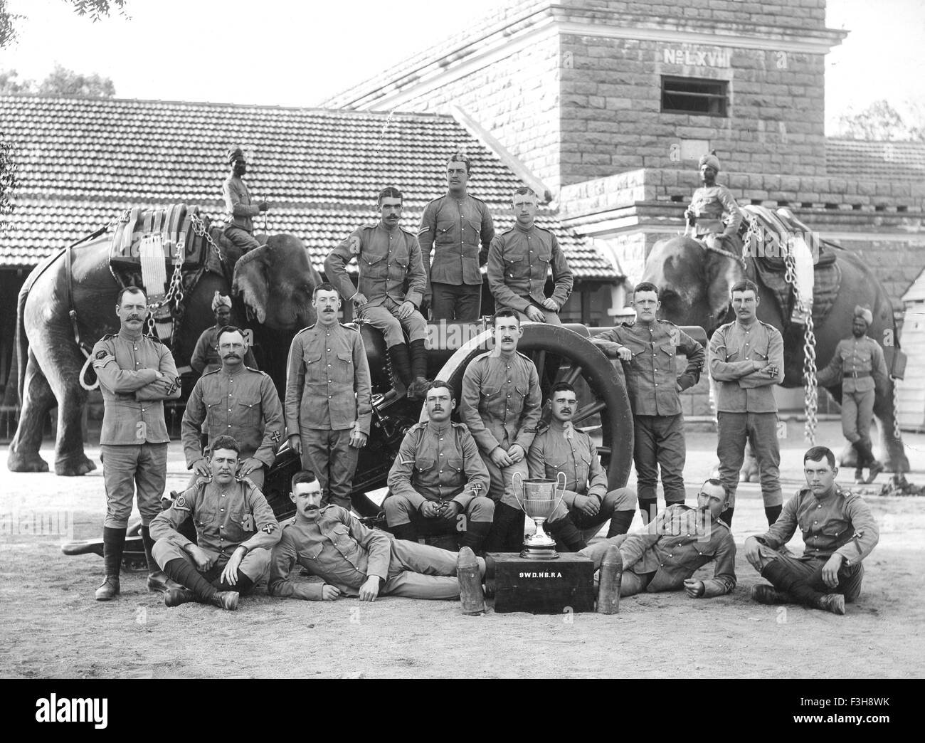 BRITISH INDIAN ARMY Members of a Royal Artillery elephant battery about 1905 - Stock Image