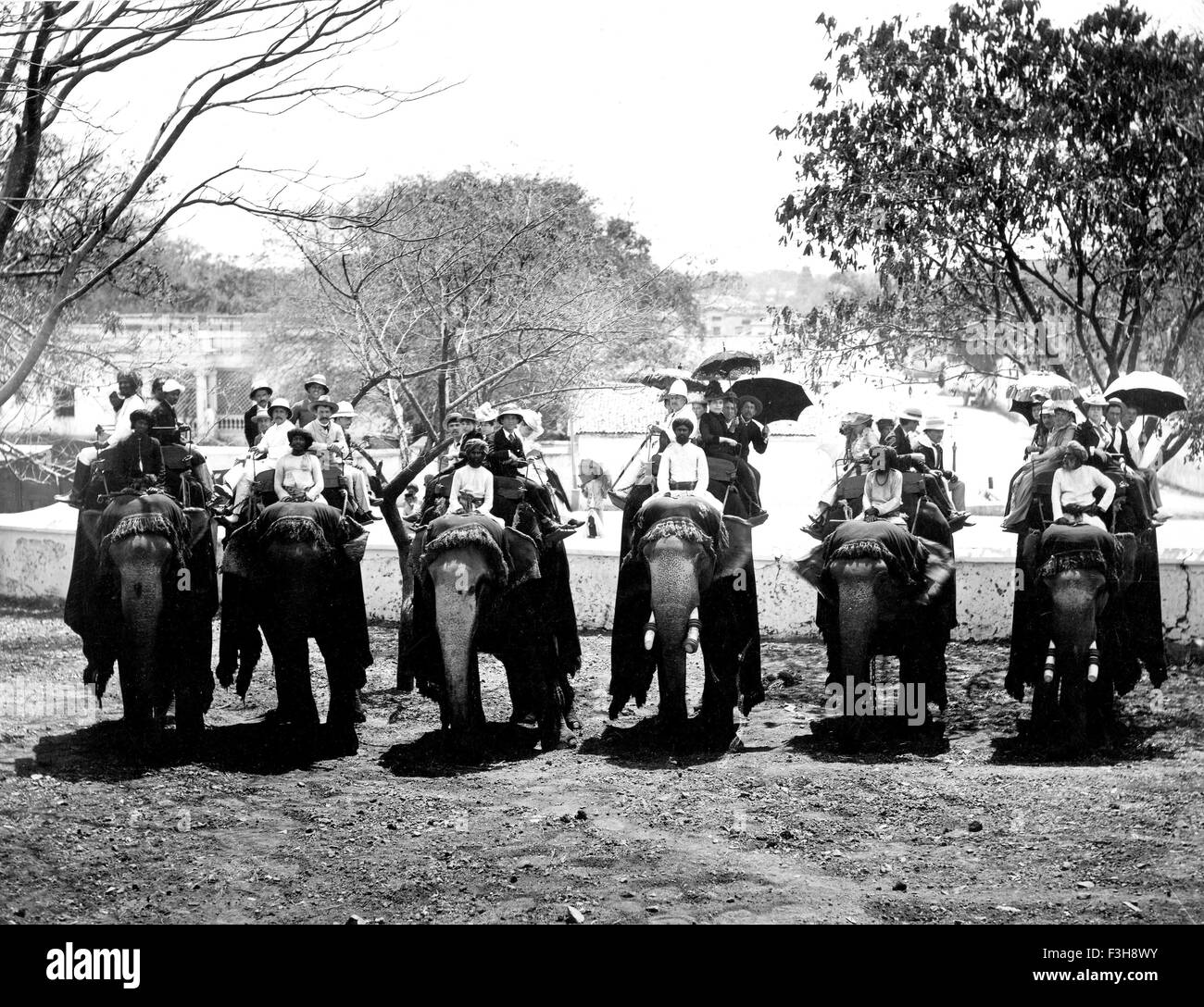 BRITISH INDIAN ARMY Guests at a picnic party in 1905 - Stock Image