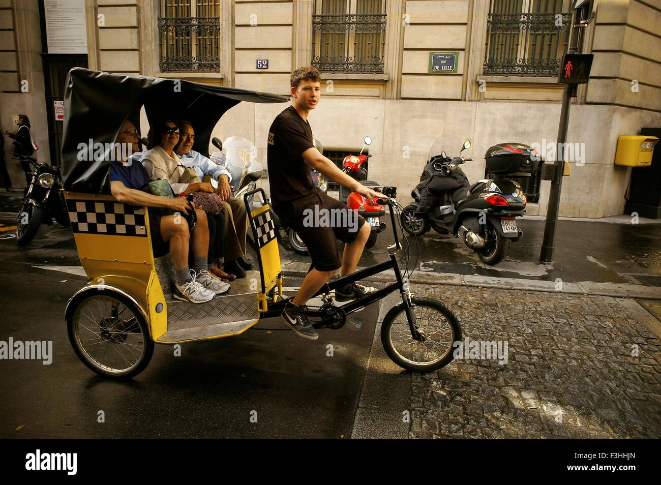 AJAXNETPHOTO.  PARIS, FRANCE. - POUSSE-POUSSE RICKSHAW - A VELO-TAXI PEDICAB TRICYCLE WITH PASSENGERS IN RUE DE - Stock Image