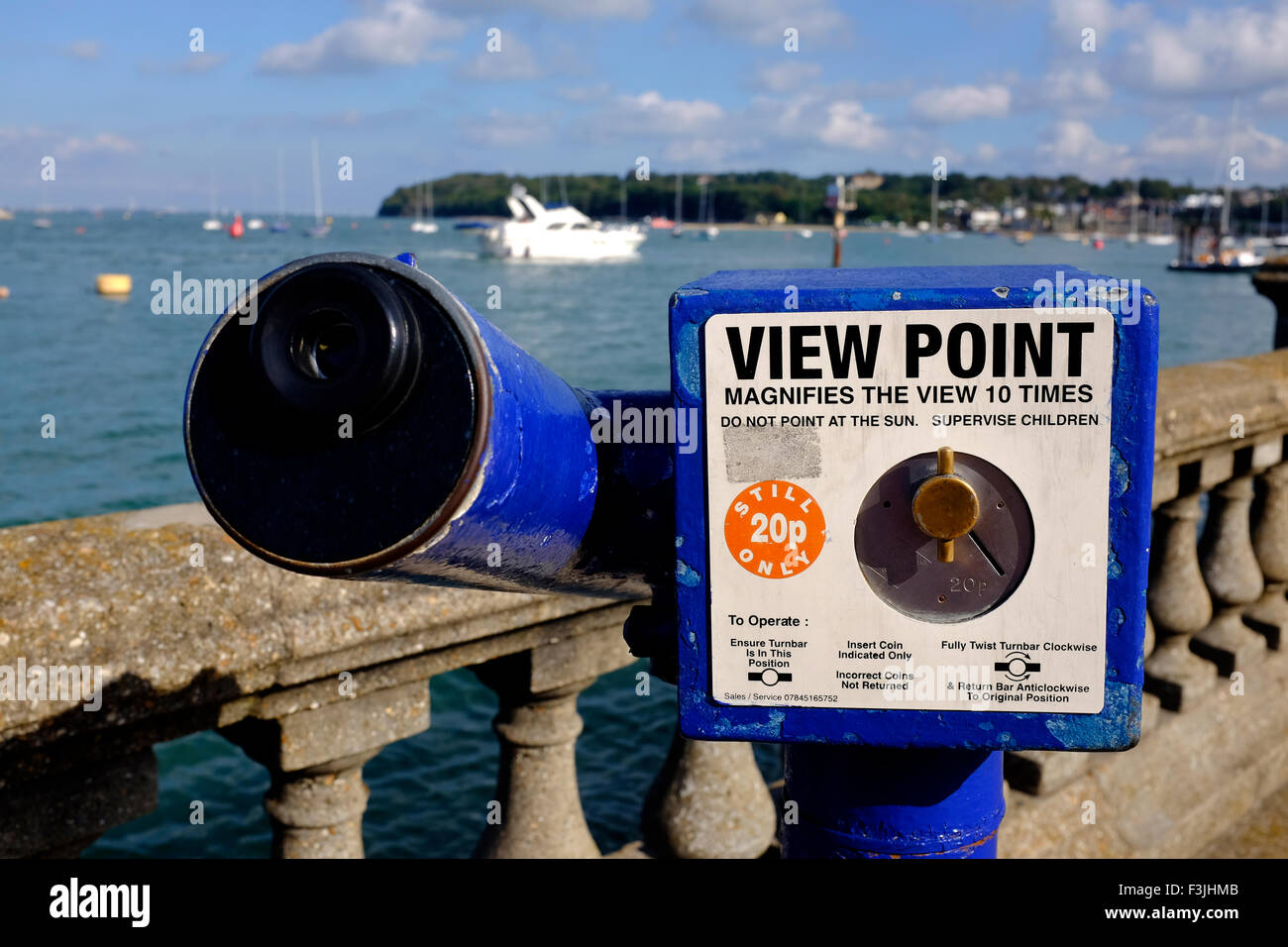 Seaside telescope spotting scope spottongscope view point 20p magnify the view 10 times Cowes Harbour Isle of Wight - Stock Image