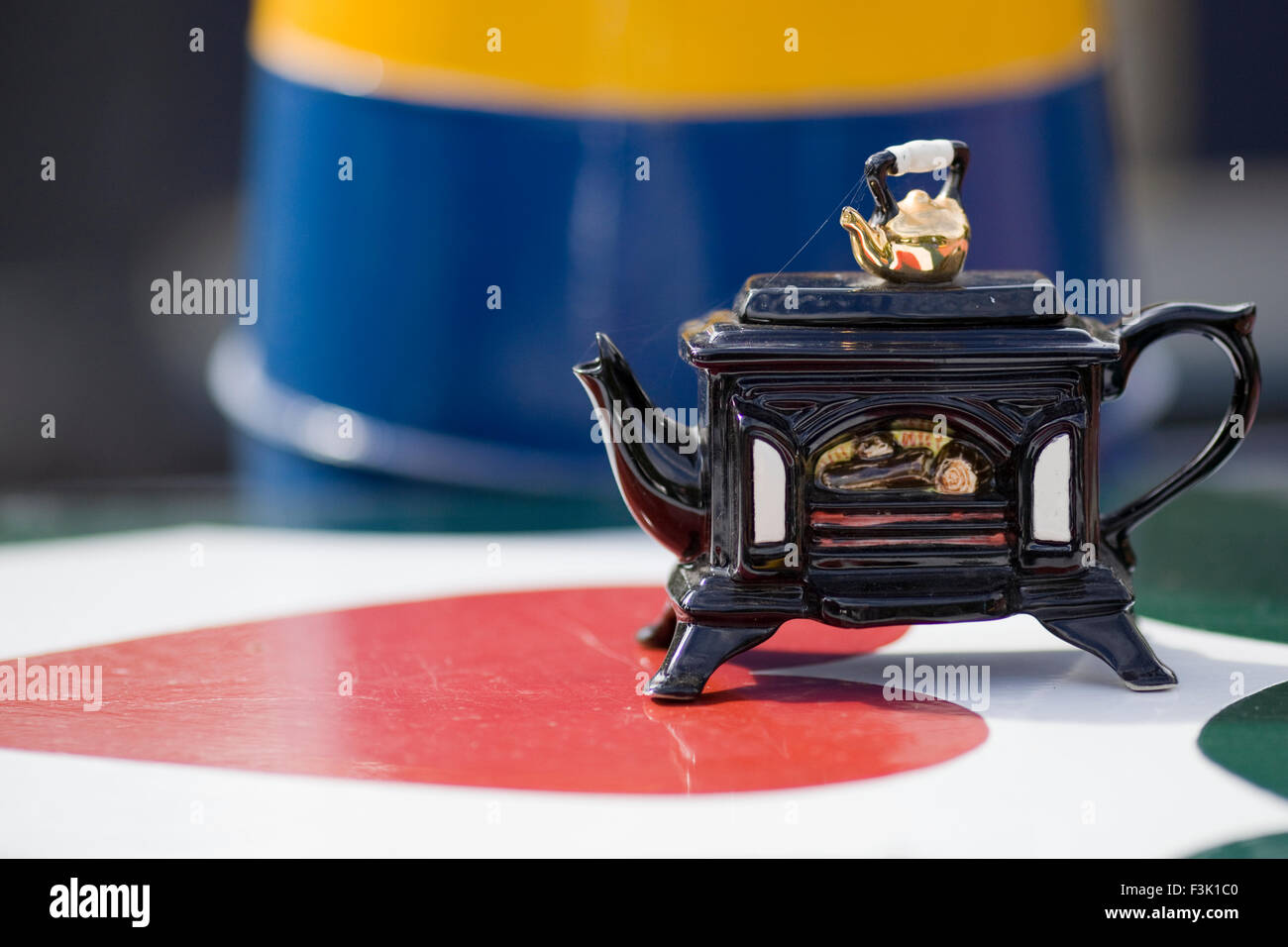 Novelty Woodburner  teapot on the top of a Narrow Boat - Stock Image