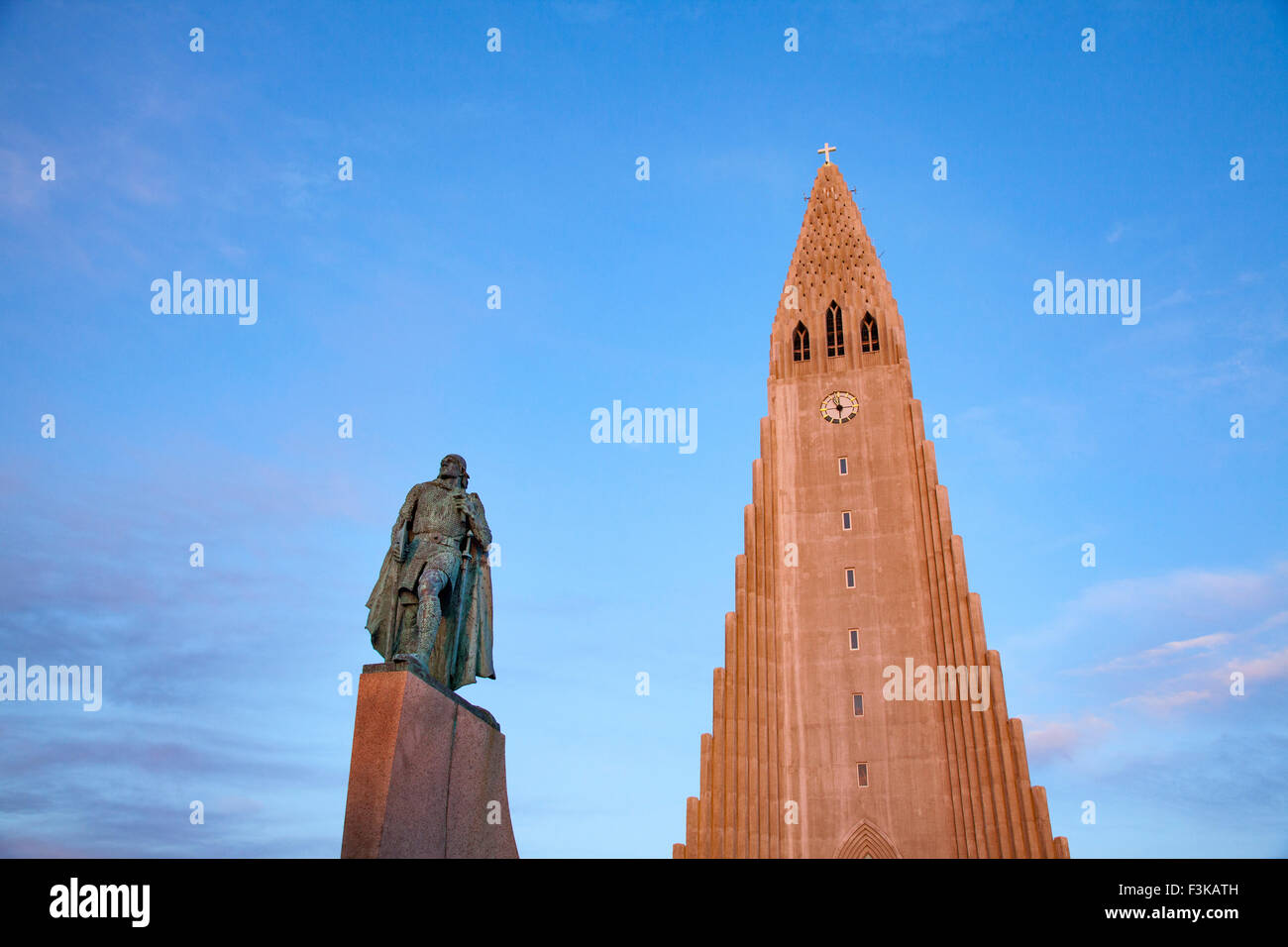 Evening light on Hallgrimskirkja church and statue of Leif Erikson, Reykjavik, Iceland. - Stock Image
