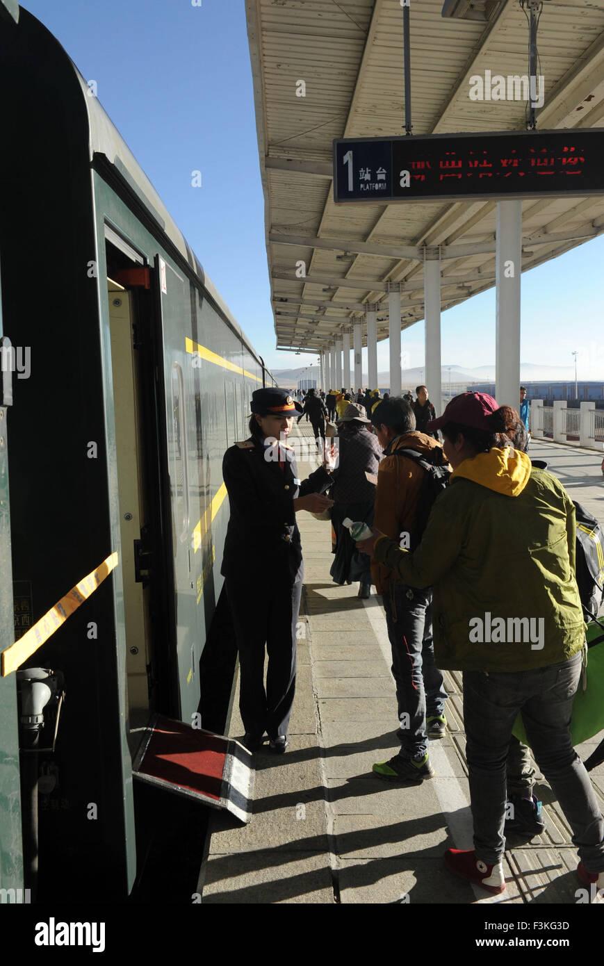 Lhasa, China's Tibet Autonomous Region. 7th Oct, 2015. Passengers board the Beijing-Lhasa train Z21 at the Naqu - Stock Image