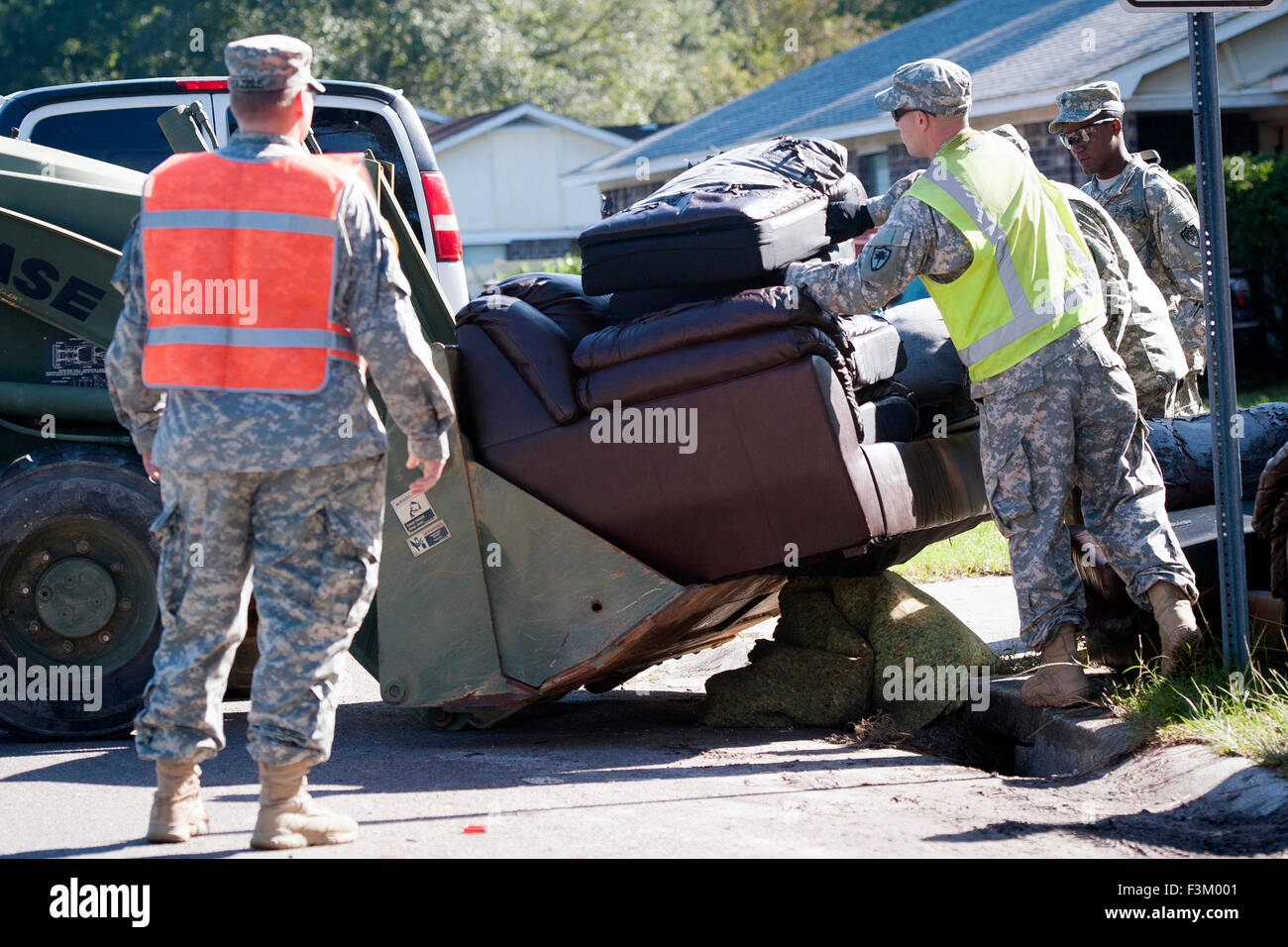 South Carolina, USA. 8th October, 2015. South Carolina Army National Guard soldiers help with clean up following - Stock Image