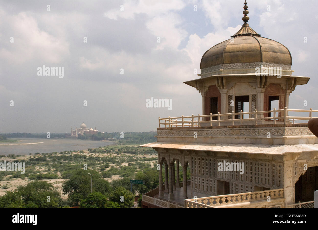 Agra, Uttar Pradesh, India. The Red Fort and the Taj Mahal bear an exceptional and complementary testimony to a - Stock Image