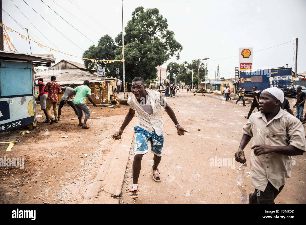 Supporters of the ruling party clash with opposition supporters in Conakry ahead of the country's second presidential - Stock Image