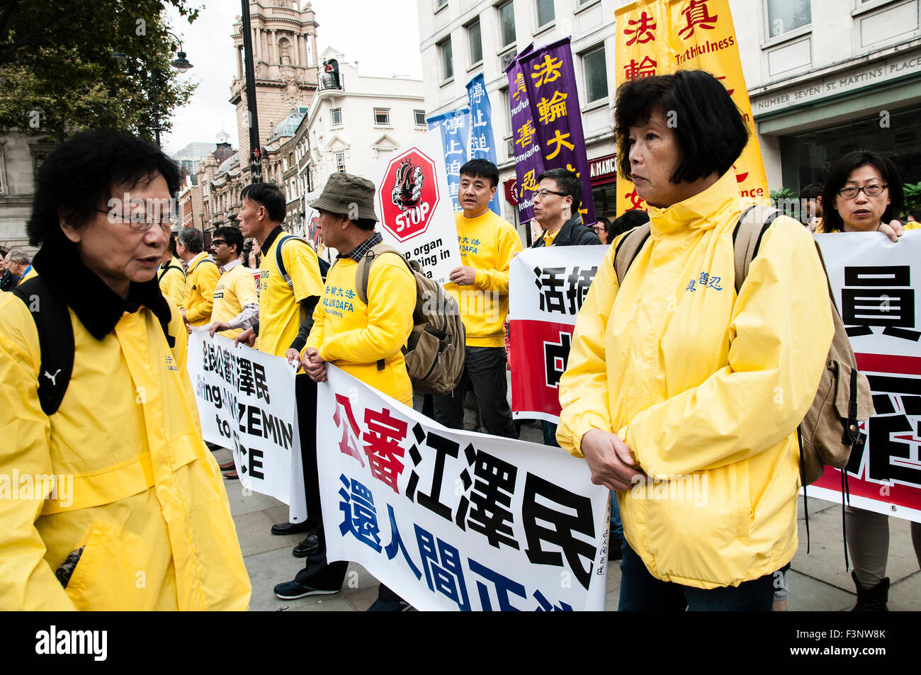 London, UK. 10th Oct, 2015. Falun Dafa practitioners holding banners demanding justice for President Jiang Zemin - Stock Image