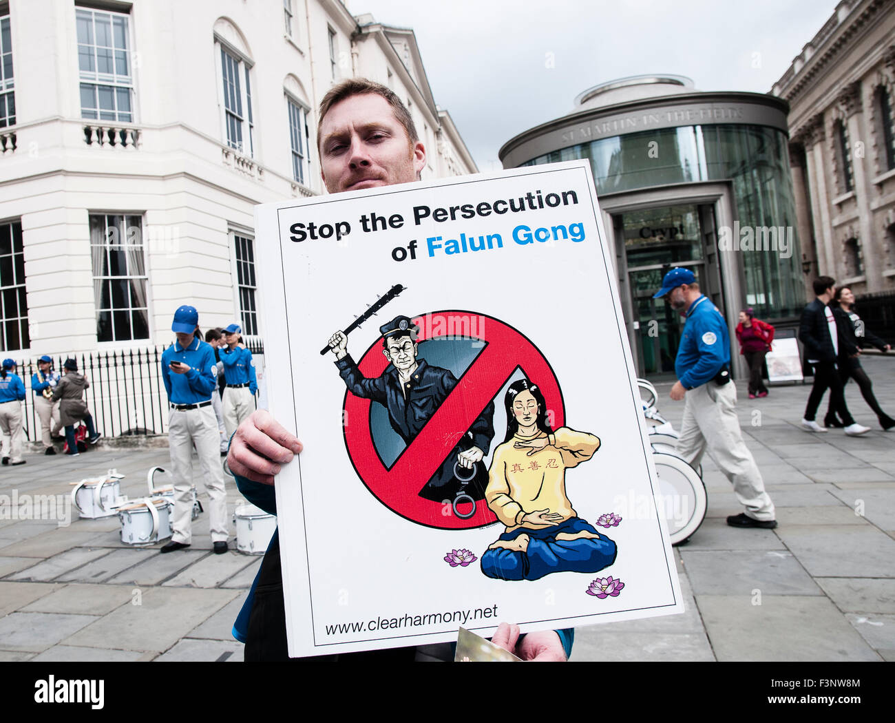 London, UK. 10th Oct, 2015. A man holding a placard demanding the end the persecution of Falun Gong at a protest - Stock Image