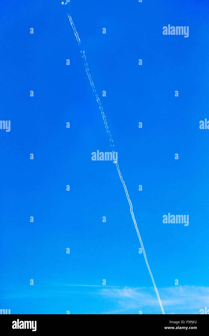 Jet contrails against clear blue Wyoming sky - Stock Image