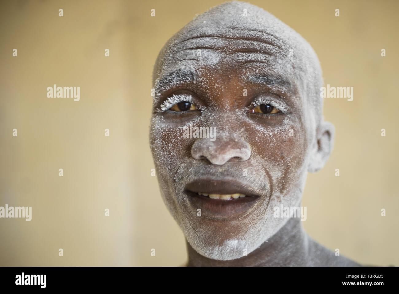 Workers produce cassava, Burundi, Africa - Stock Image