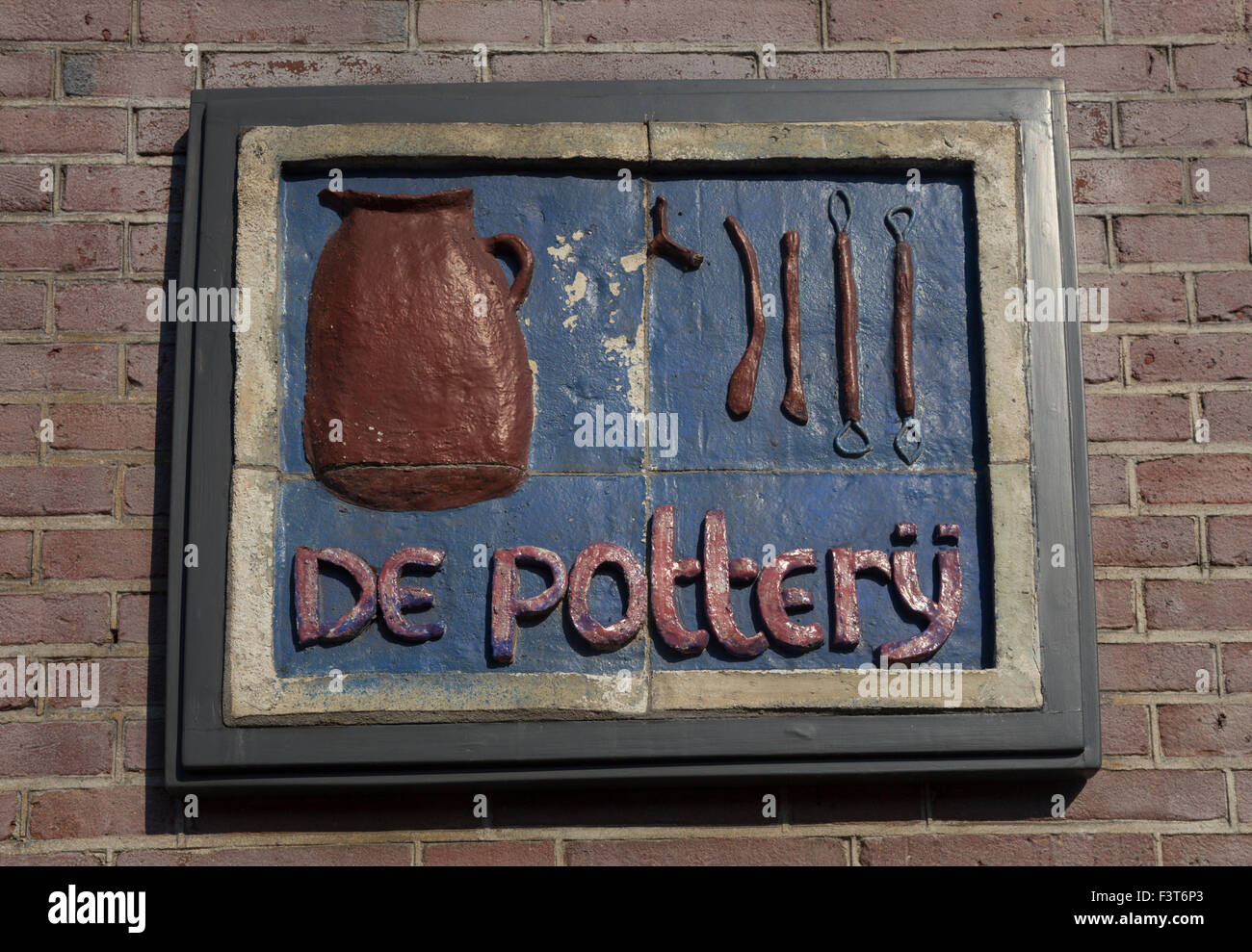 De Pottery plaque on the front wall of 136 Prinsengracht, Amsterdam, The Netherlands - Stock Image