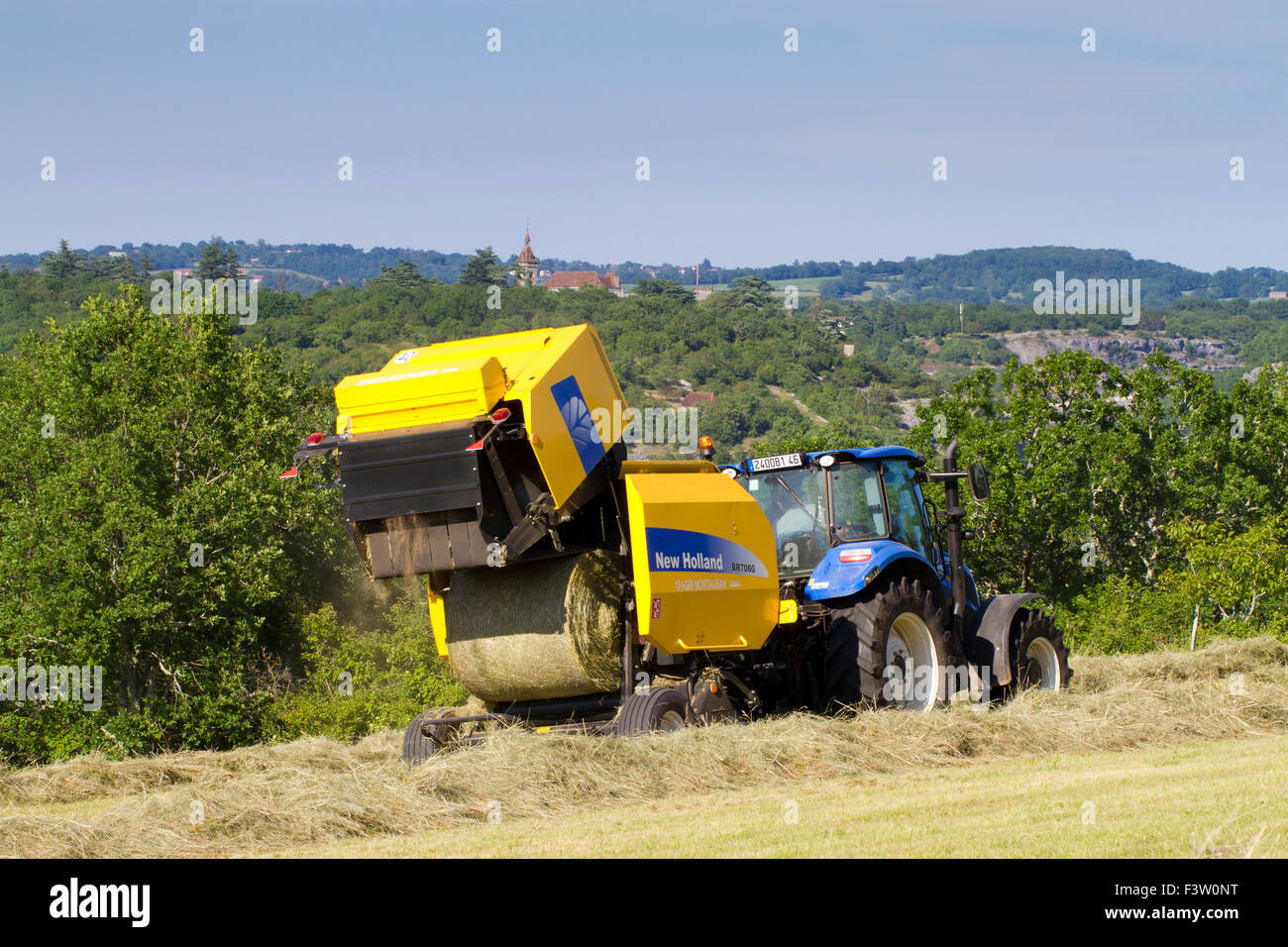 Contractor with a New Holland T5 95 tractor and a New