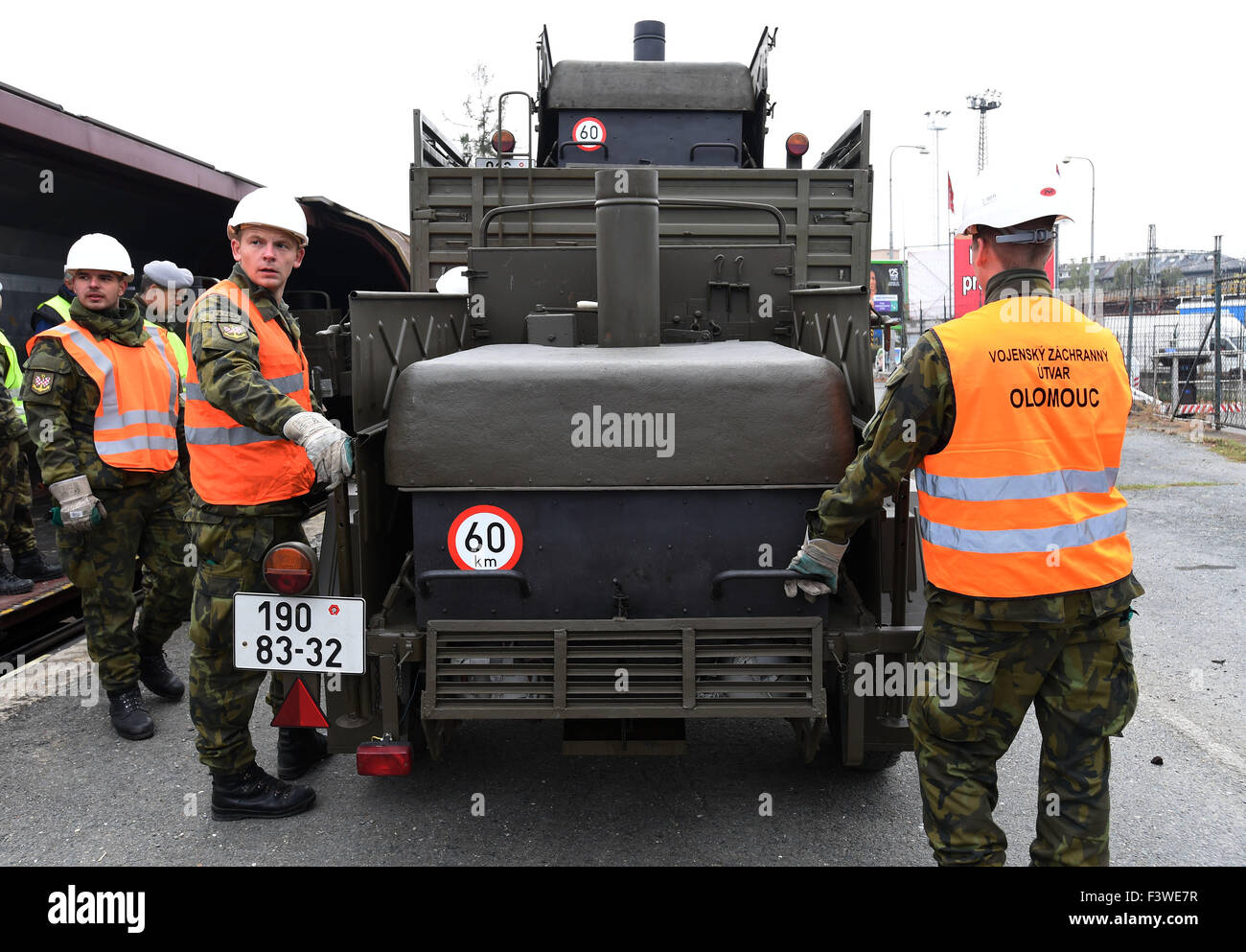 Olomouc, Czech Republic. 13th Oct, 2015. Czech engineering troops are setting out for Hungary to help protect its - Stock Image