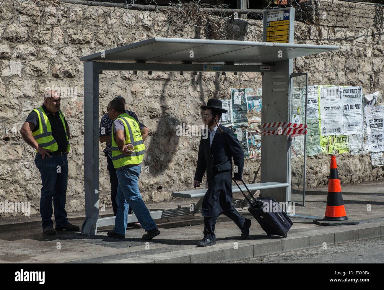 (151013) -- JERUSALEM, Oct. 13, 2015 (Xinhua) -- An ultra-Orthodox Jewish man walks past the site of a bus station - Stock Image