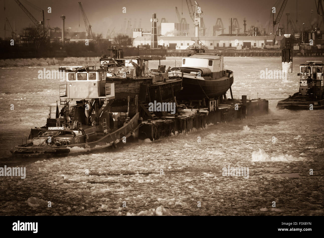 Hamburg harbor in winter - Stock Image