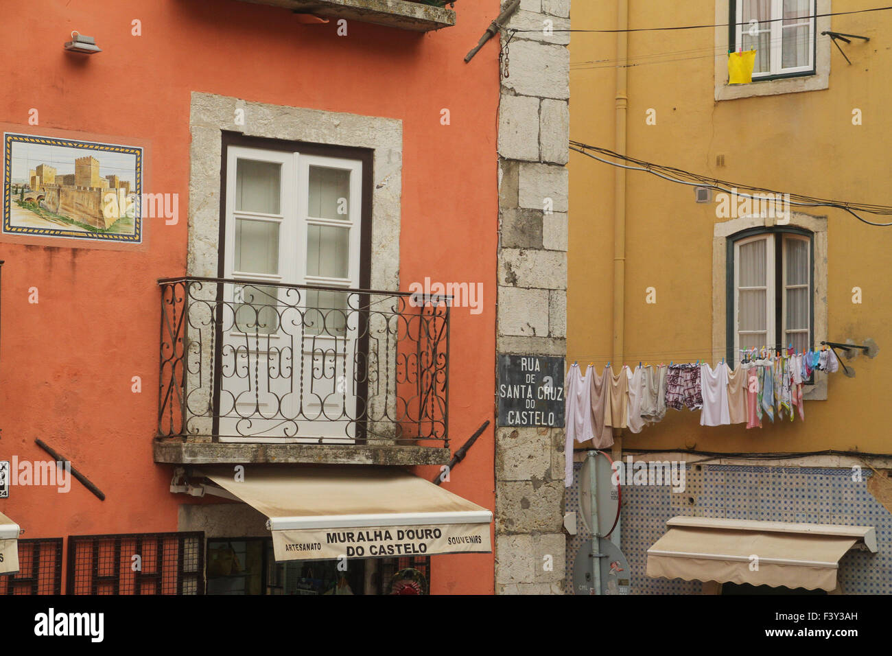 ​Lisbon, Portugal, 4 October, 2015. Cloths set out to dry on a window along Rua de Santa Cruz do Castelo by the - Stock Image