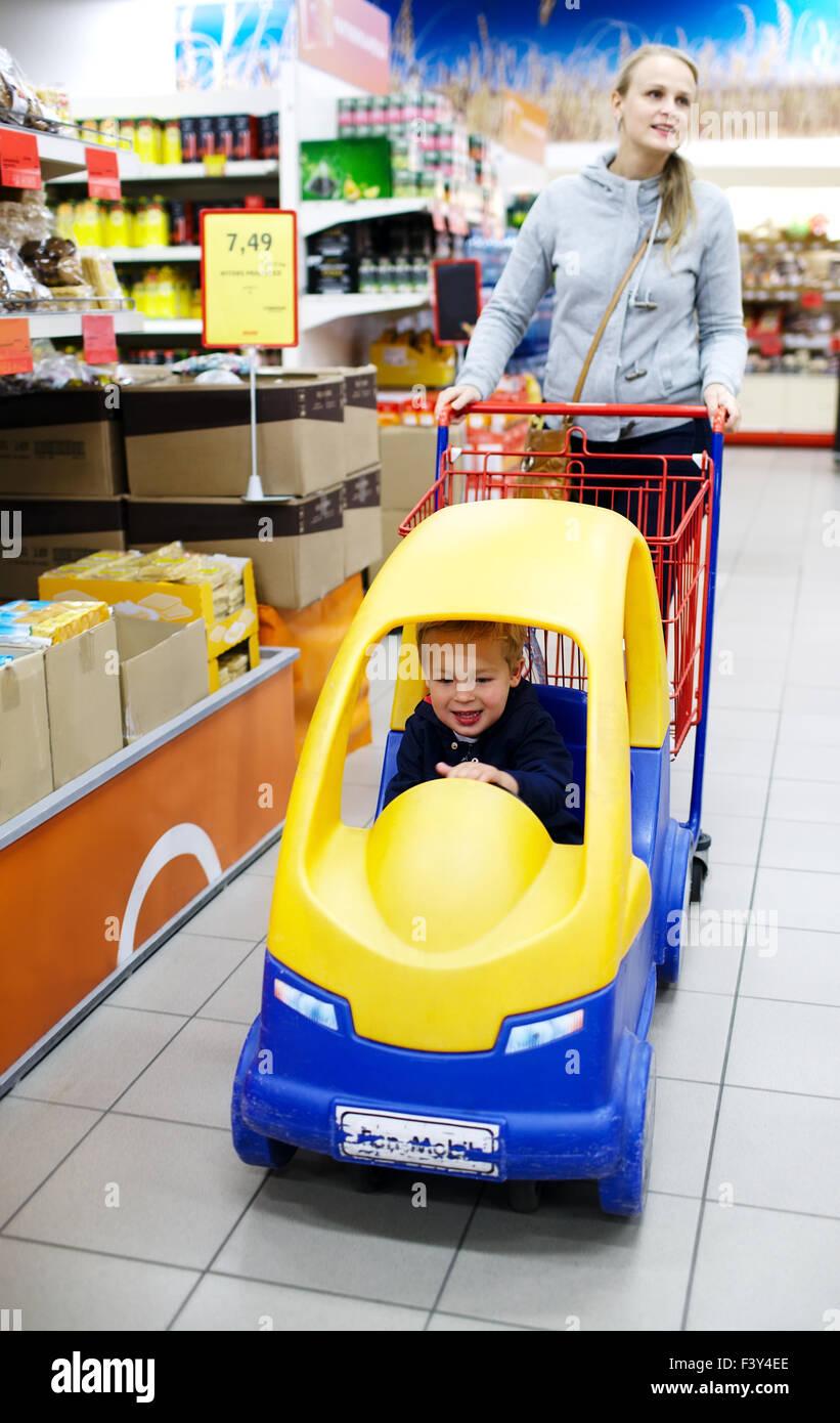 Child friendly supermarket shopping - Stock Image