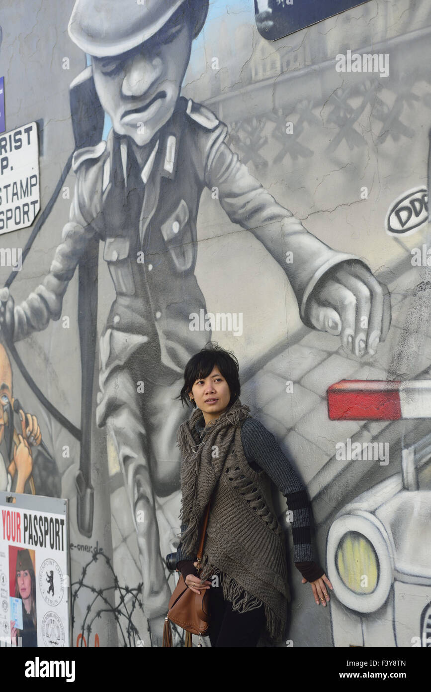 Asian tourist at Berlin´s Eastside Gallery - Stock Image