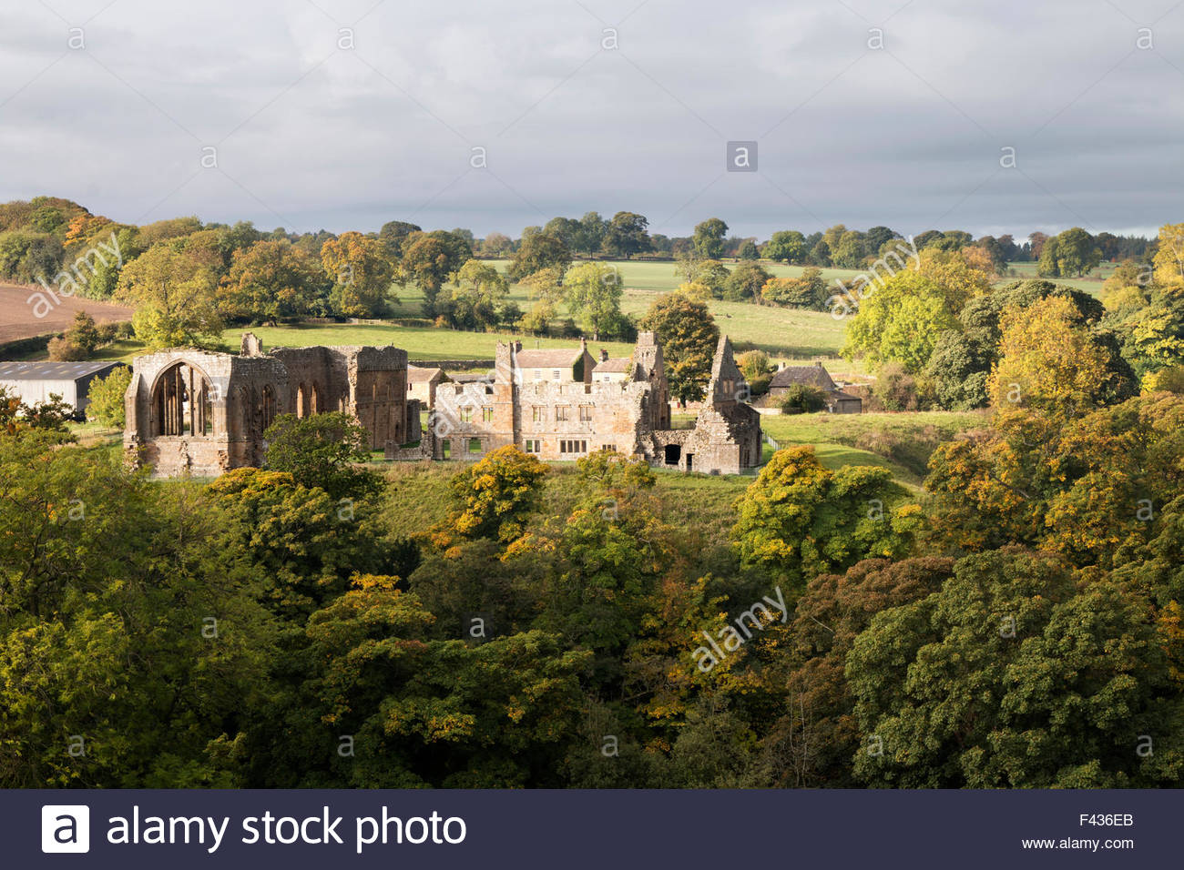 Barnard Castle, Co Durham, UK 14th October 2015. Breaking through a cloudy sky the sun lights up the vivid Autumn - Stock Image
