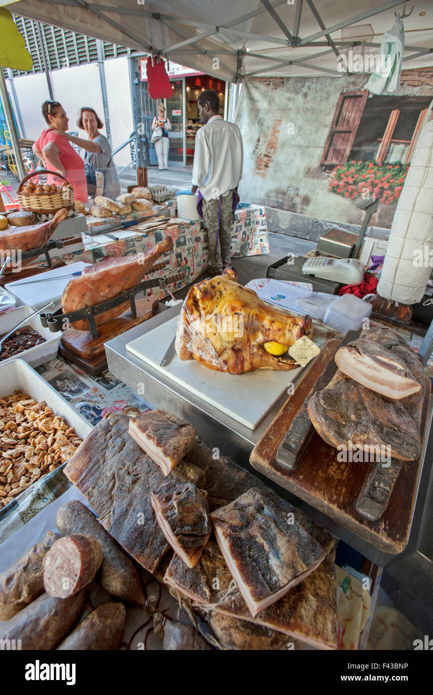 Hogs head, Pigs head, lemon in mouth on meat stall at  SANT'AMBROGIO MARKET  Mercato Sant' Ambrogio Florence - Stock Image
