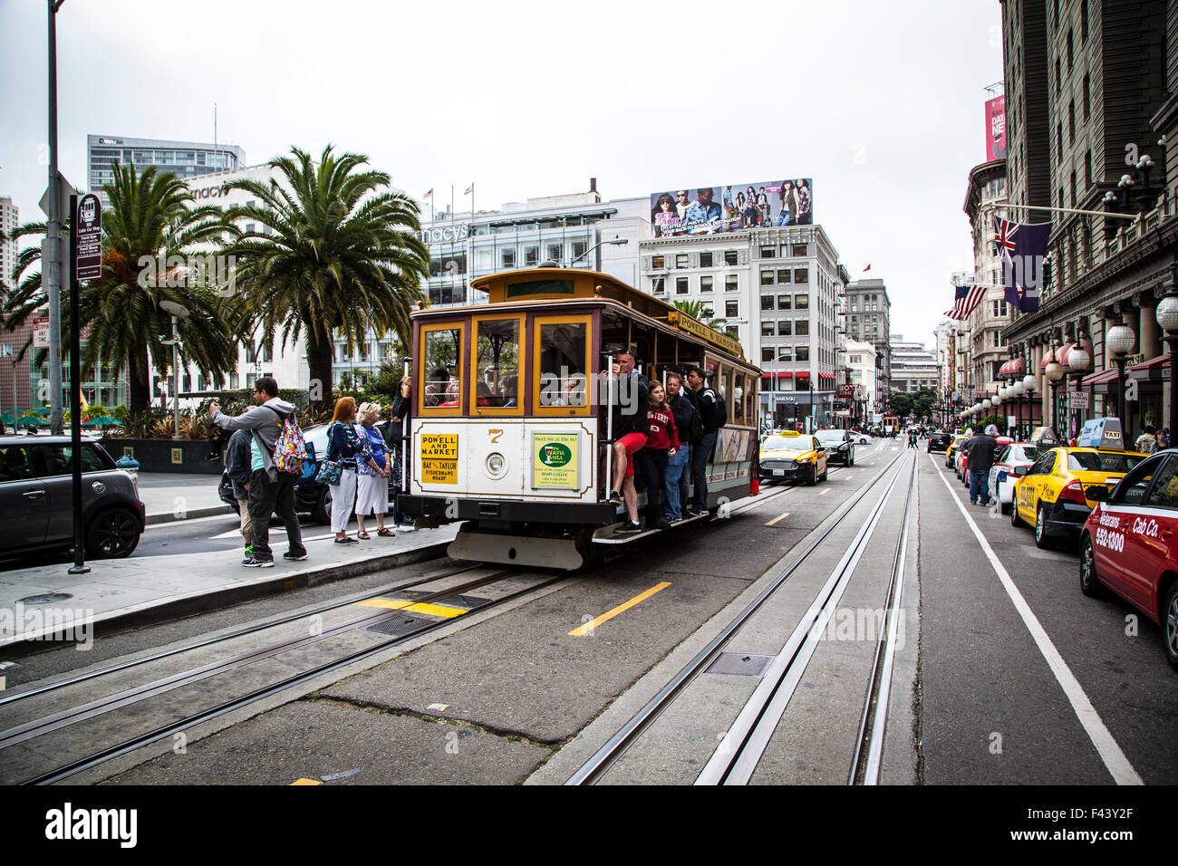 Cable Car pasing in front of Union Square, San Francisco, California - Stock Image