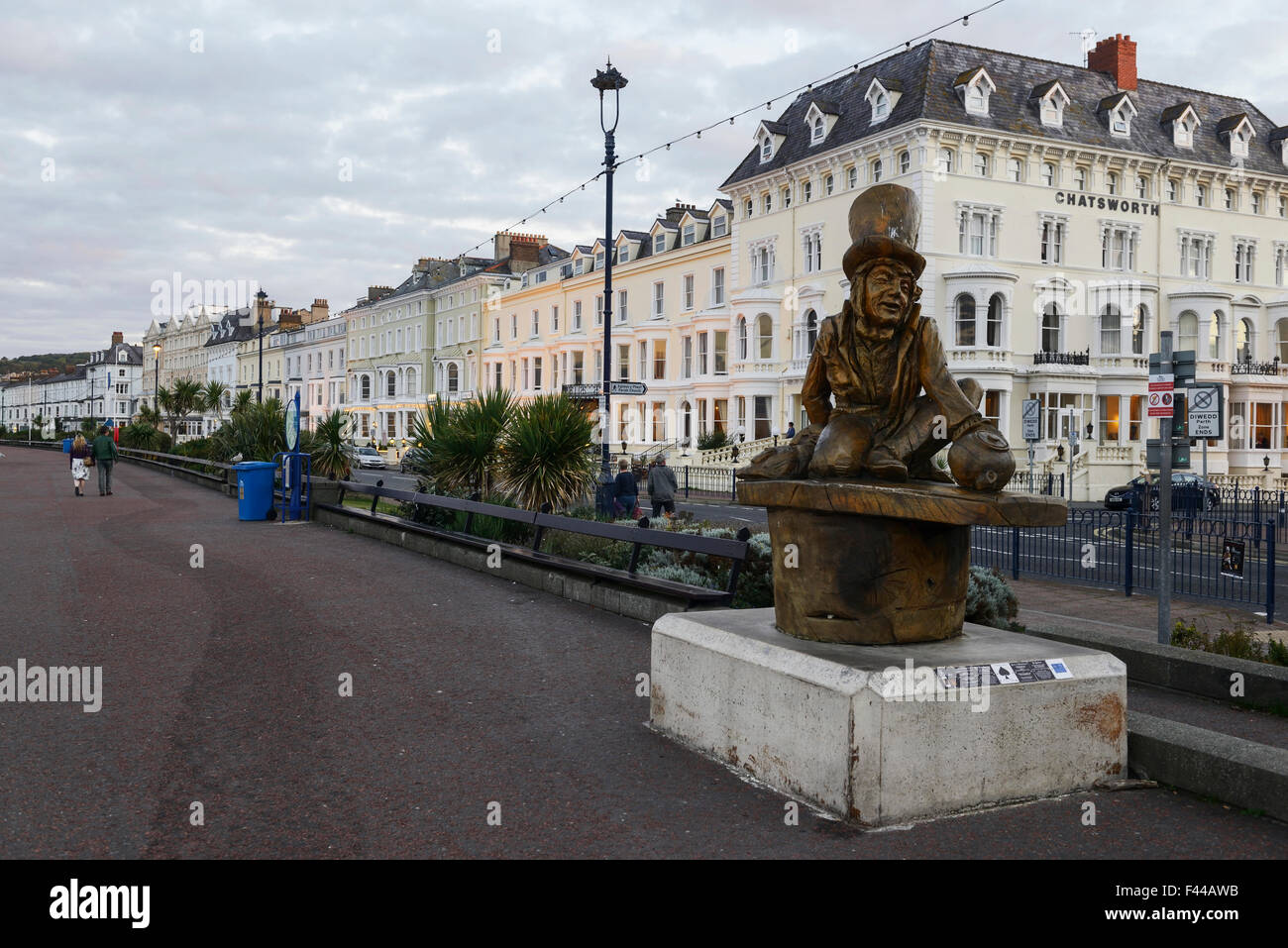 Mad Hatter statue, carved from wood, from Alice in Wonderland story on the promenade in Llandudno. - Stock Image