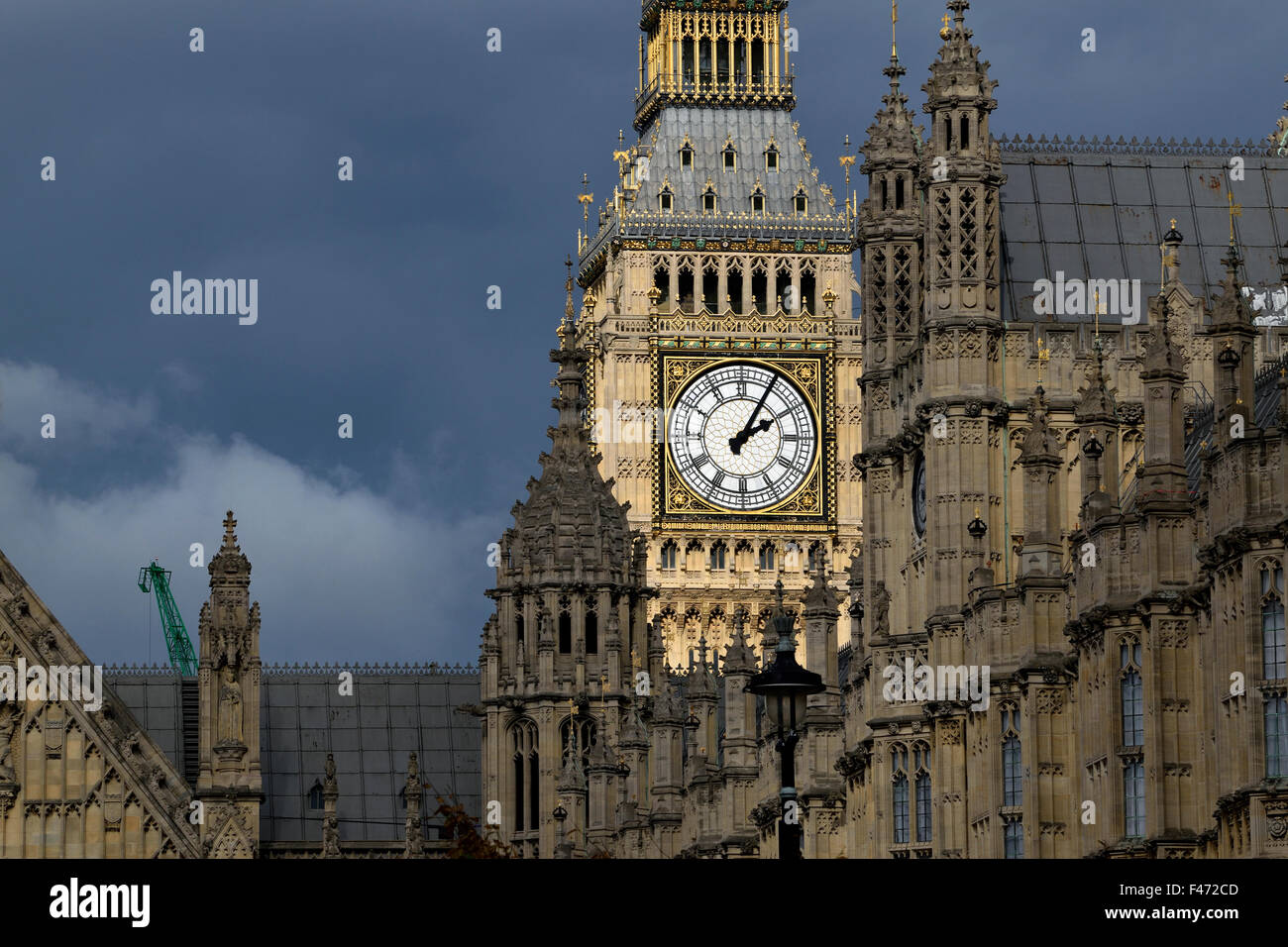 London, England, UK. Big Ben and the Houses of Parliament in bad weather - sun on the clock - Stock Image