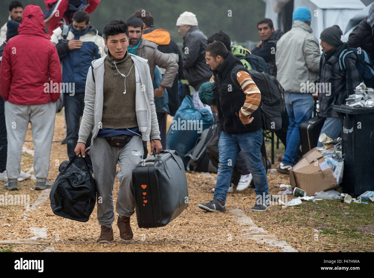 Schwarzenborn, Germany. 15th Oct, 2015. In temperatures hovering just above freezing, refugees vacate a tent camp - Stock Image