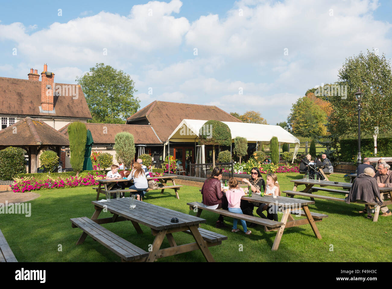 Beer garden at Half Moon Pub, Church Road, Windlesham, Surrey, England, United Kingdom - Stock Image
