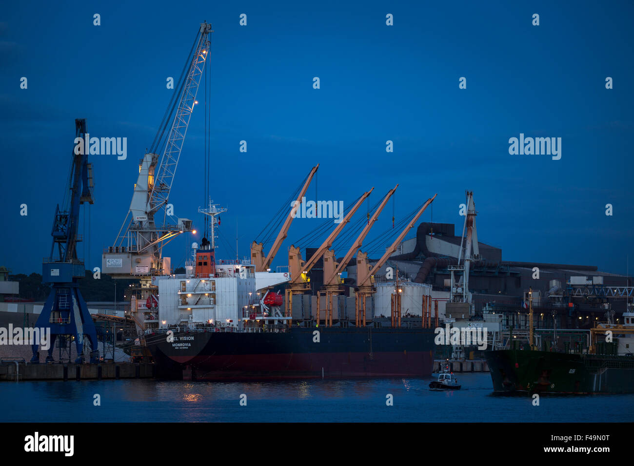 At night, a bulk carrier in Bayonne harbour on the Adour river (France). Vraquier dans le port de Bayonne sur l'Adour - Stock Image