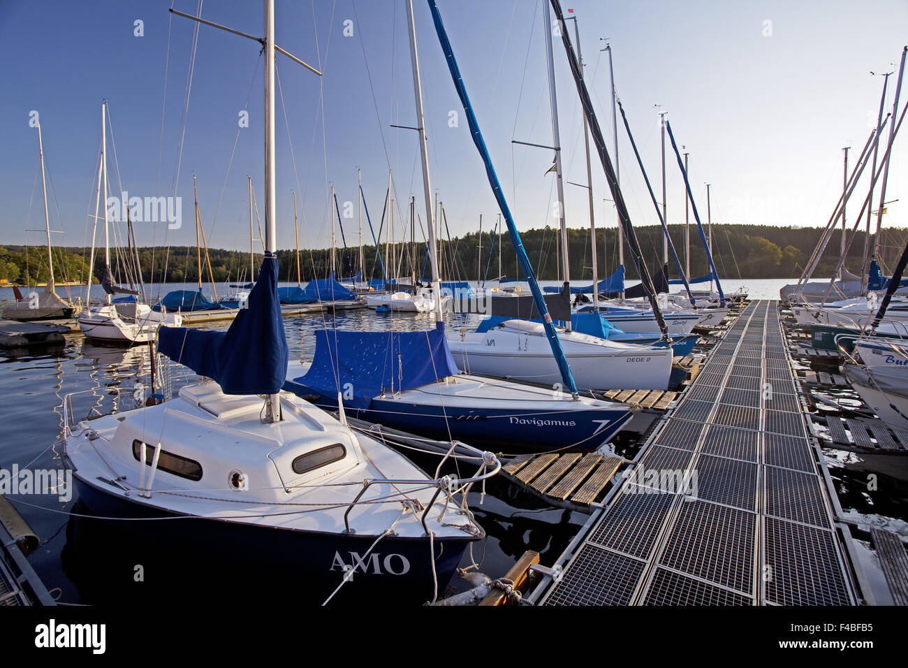 Sailing boats on the reservoir Moehne - Stock Image