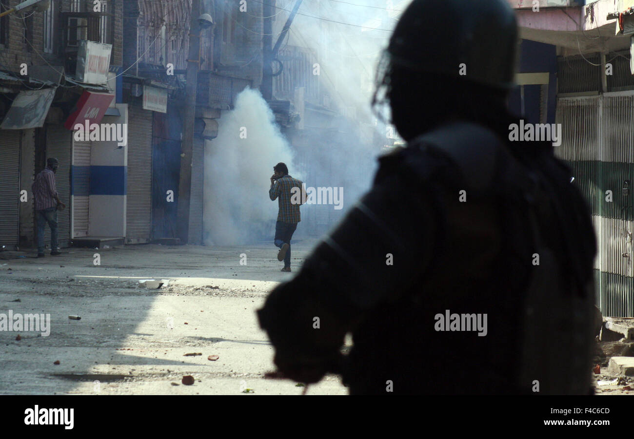 Srinagar, Indian Administered Kashmir:16 October. kashmiri Muslim protestors throw stones towards Indian police - Stock Image
