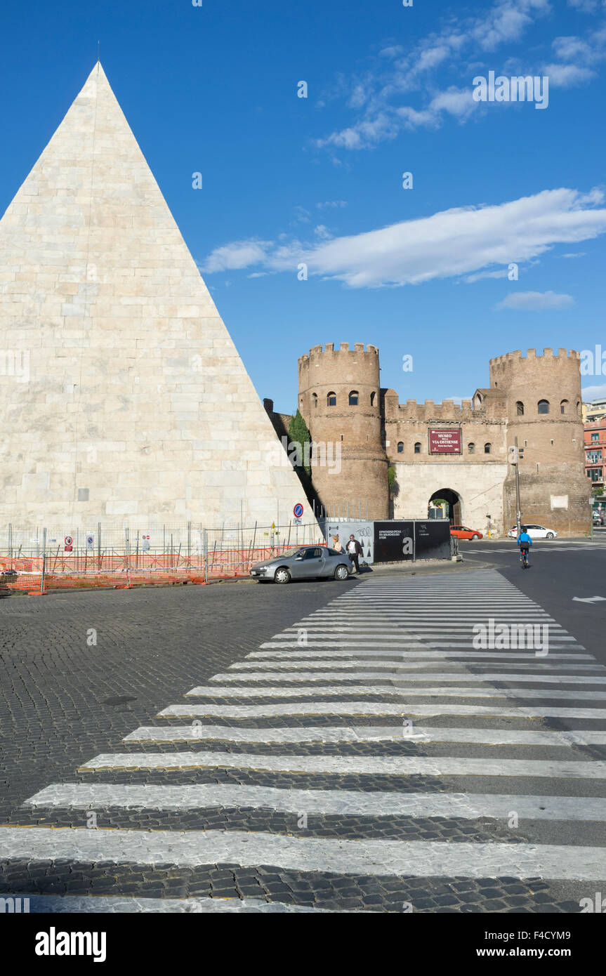Pyramid of Cestius and Porta San Paolo, one of the southern gates in the 3rd-century Aurelian Walls of Rome, Italy. - Stock Image