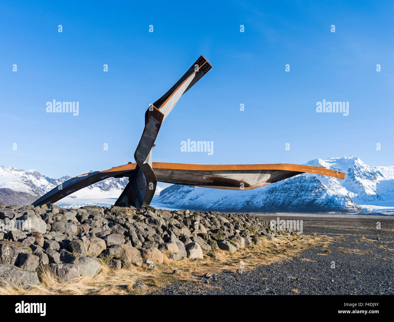 Twisted beams made of steal, a monument commemorating the Jokulhlaup from 1996. The beams where part of the bridge - Stock Image
