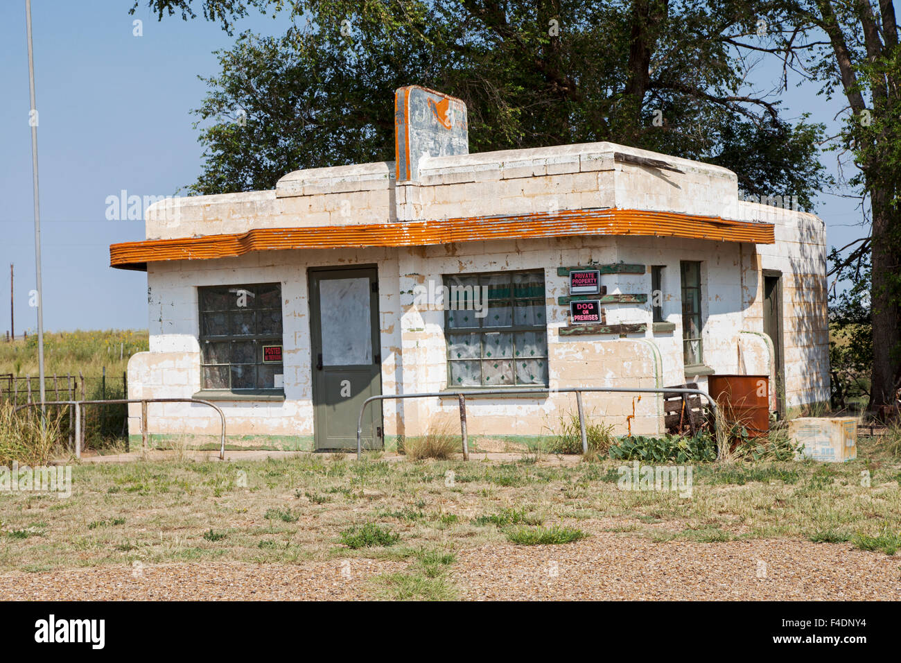 The Art Moderne-style  Little Juarez Cafe along Route 66 in Glenrio, Texas. was built in 1952 and remained opened Stock Photo