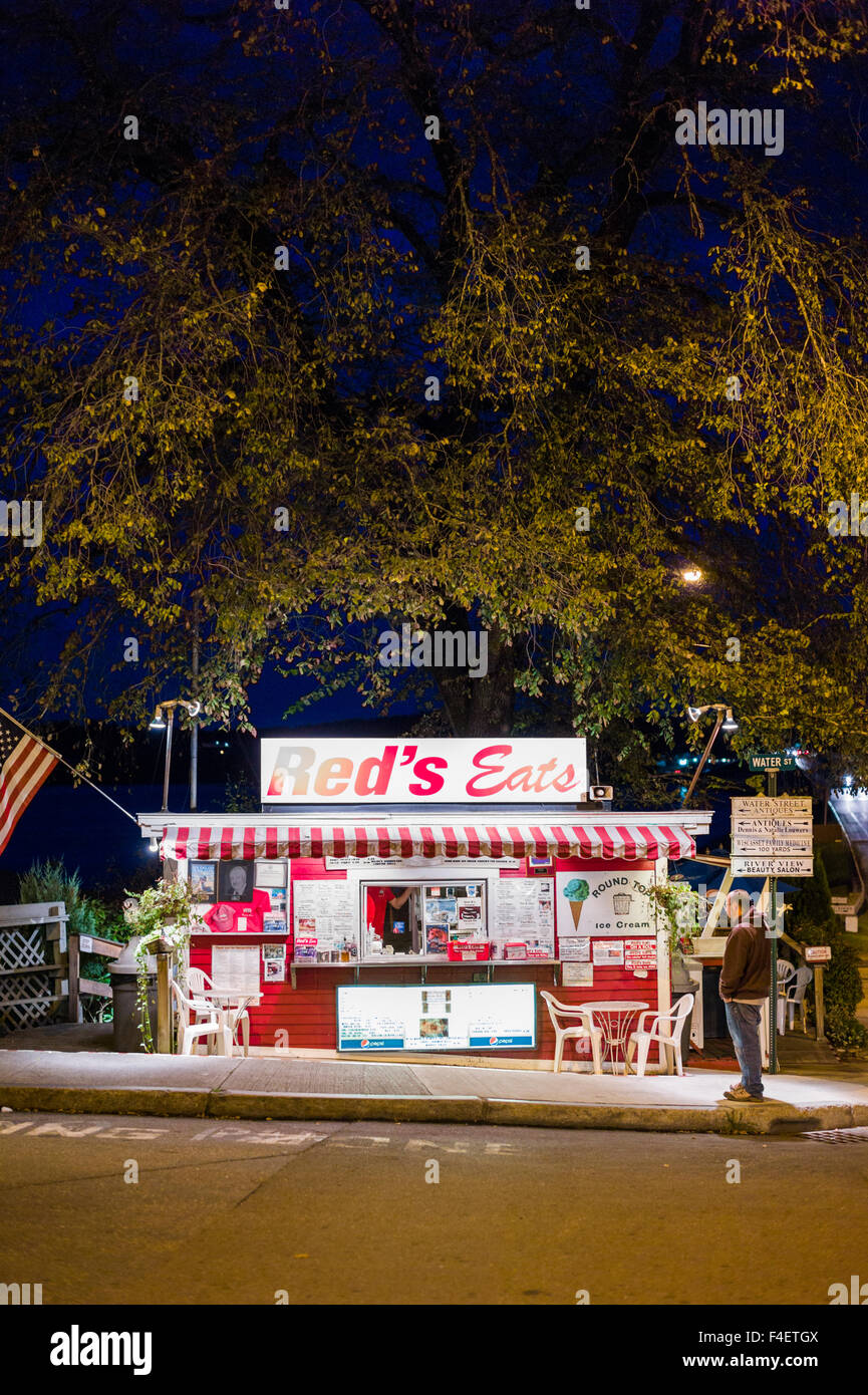Maine, Wiscasset, Red's Eats, lobster stand, evening - Stock Image