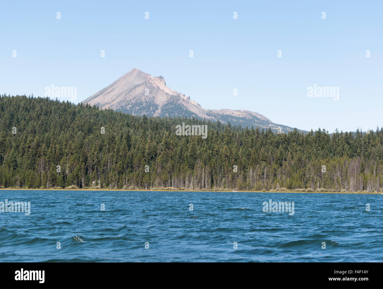 View of lush conifer forest and the rugged peaks of the Cascade Mountains, Oregon's Lake of the Woods. - Stock Image