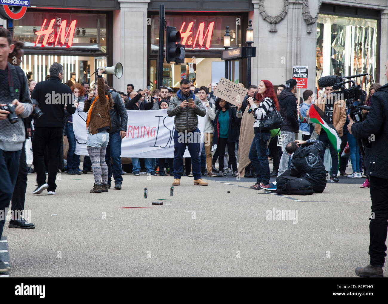 London, UK. 17th October, 2015. Pro-Palestinian Protesters in Oxford Circus Credit:  Louis Champion/Alamy Live News - Stock Image