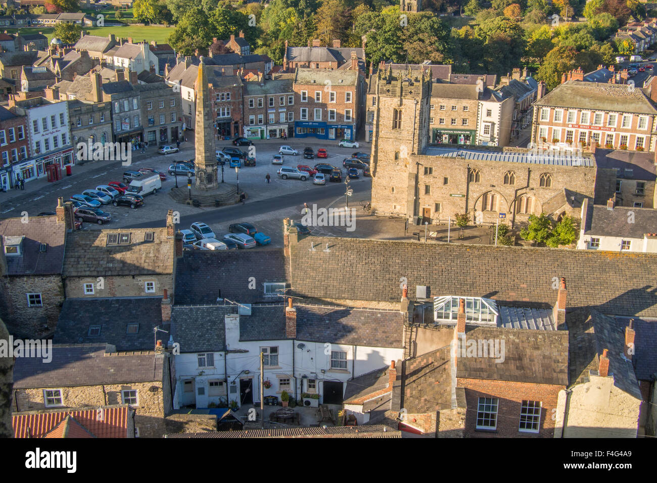 Richmond town centre including the Obelisk and Church of the Holy trinity, Richmondshire, North Yorkshire, England. - Stock Image