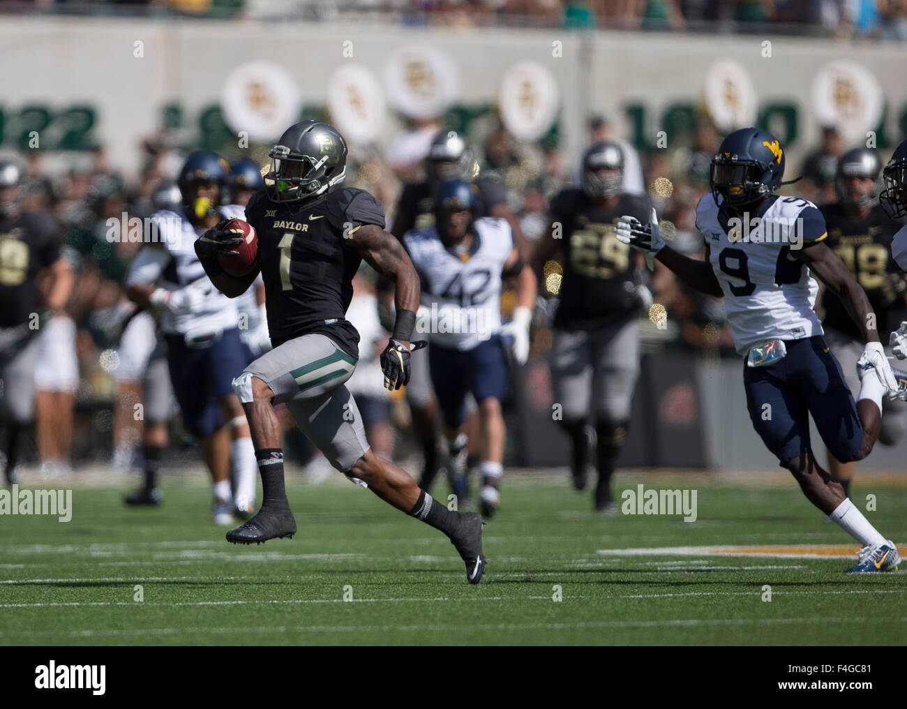 Waco, Texas, USA. 17th Oct, 2015. Wide receiver Corey Coleman (1) of the Baylor Bears out runs KJ Dillon (9) of Stock Photo