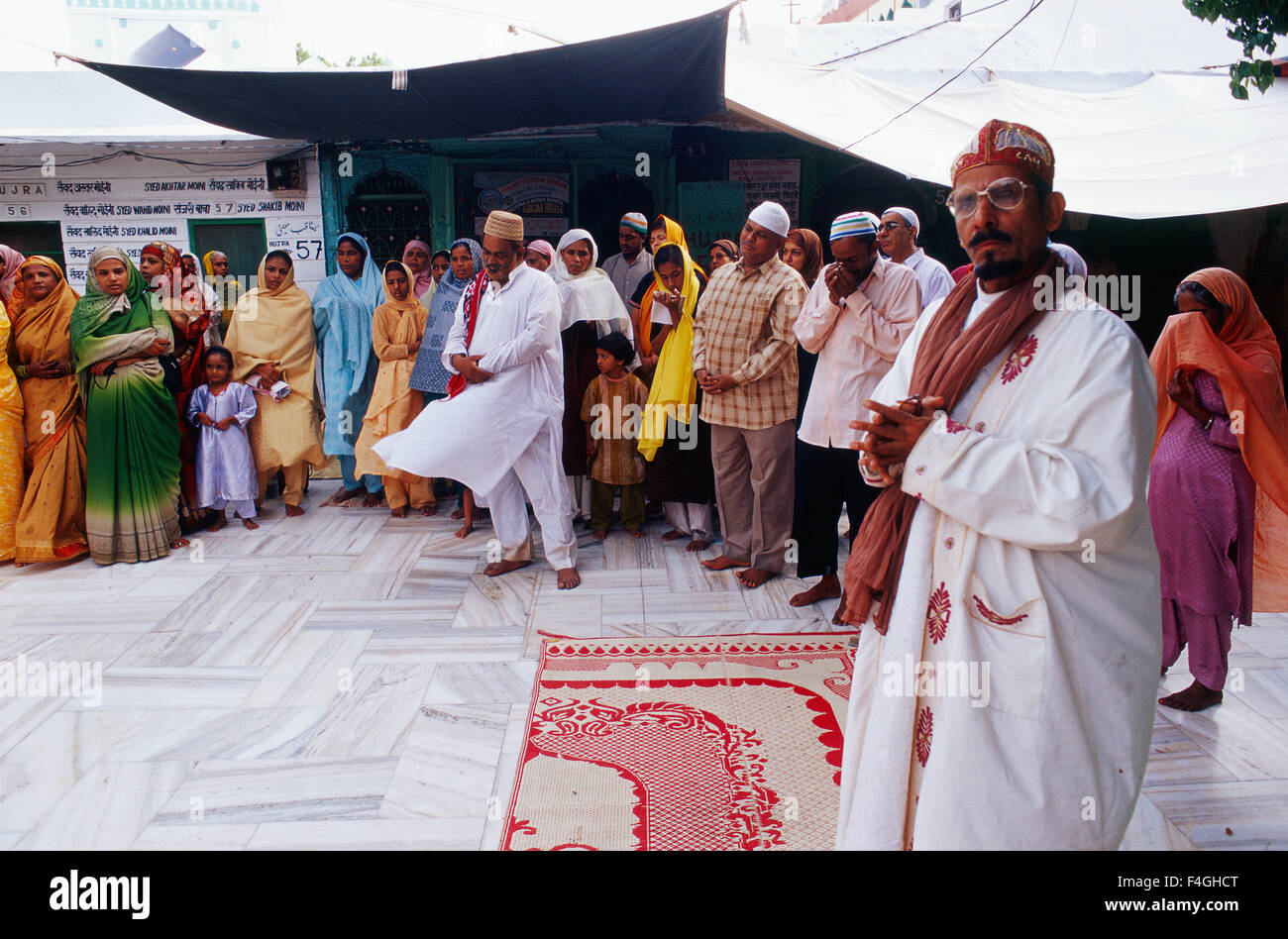 Muslim devotees paying homage to Moinuddin Chishti, the most revered sufi leader in the Indian subcontinent ( India) - Stock Image