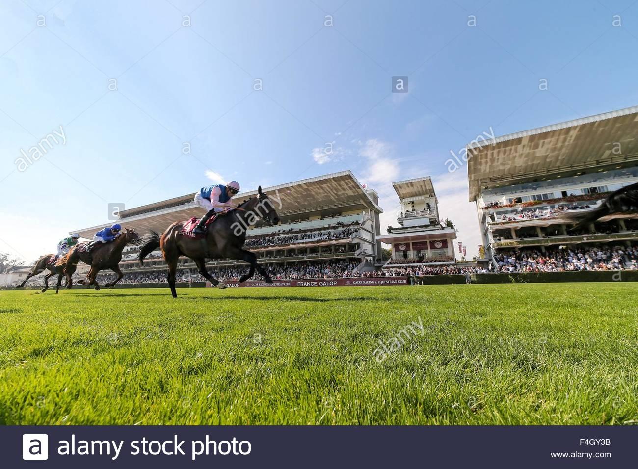 Paris, France. October 3rd, 2015. FRANCE, Paris: Jockeys get on horses during 94th Prix de l'Arc de Triomphe - Stock Image