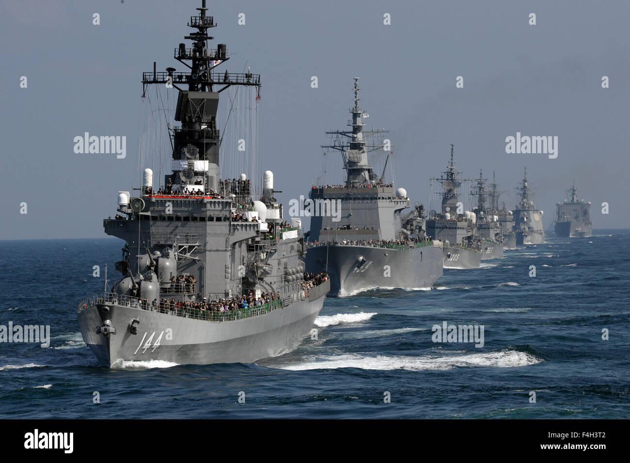 (151018) -- KANAGAWA, Oct. 18, 2015 (Xinhua) -- Japan's Maritime Self-Defense Force (MSDF) ships sail during - Stock Image