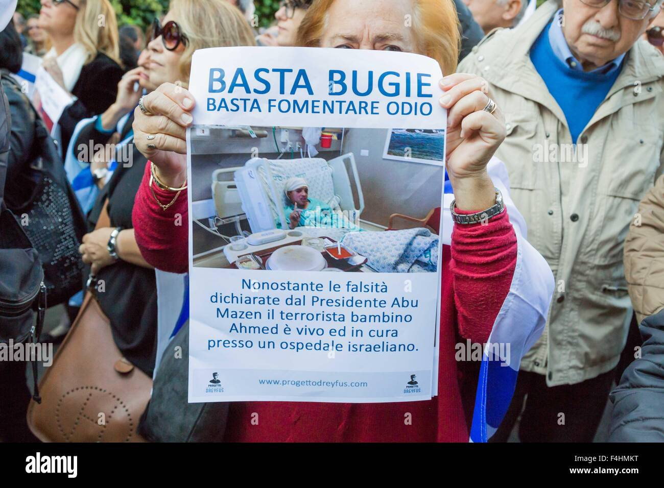 Rome, Italy. 18th Oct, 2015. A Jewish woman shows placard during a protest against the media and the attacks on - Stock Image