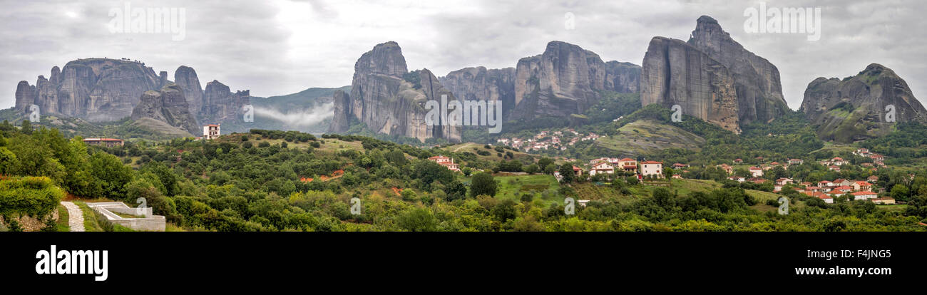 Spectacular panorama of Meteora rock formations and monasteries, Meteora, Plain of Thessaly, Greece - Stock Image