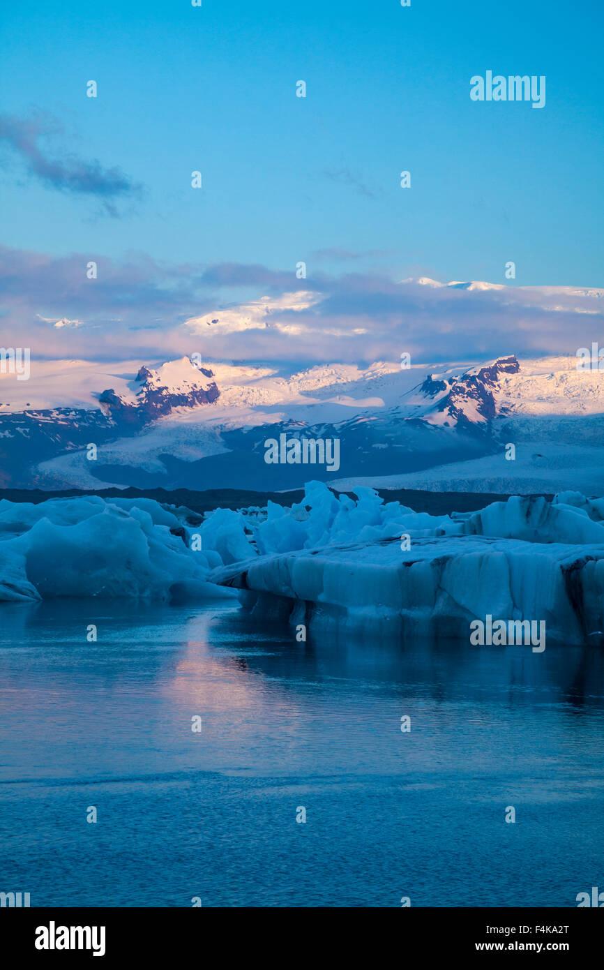 Dawn light over Vatnajokull ice cap and Jokulsarlon glacial lagoon, Vatnajokull National Park, Sudhurland, Iceland. - Stock Image