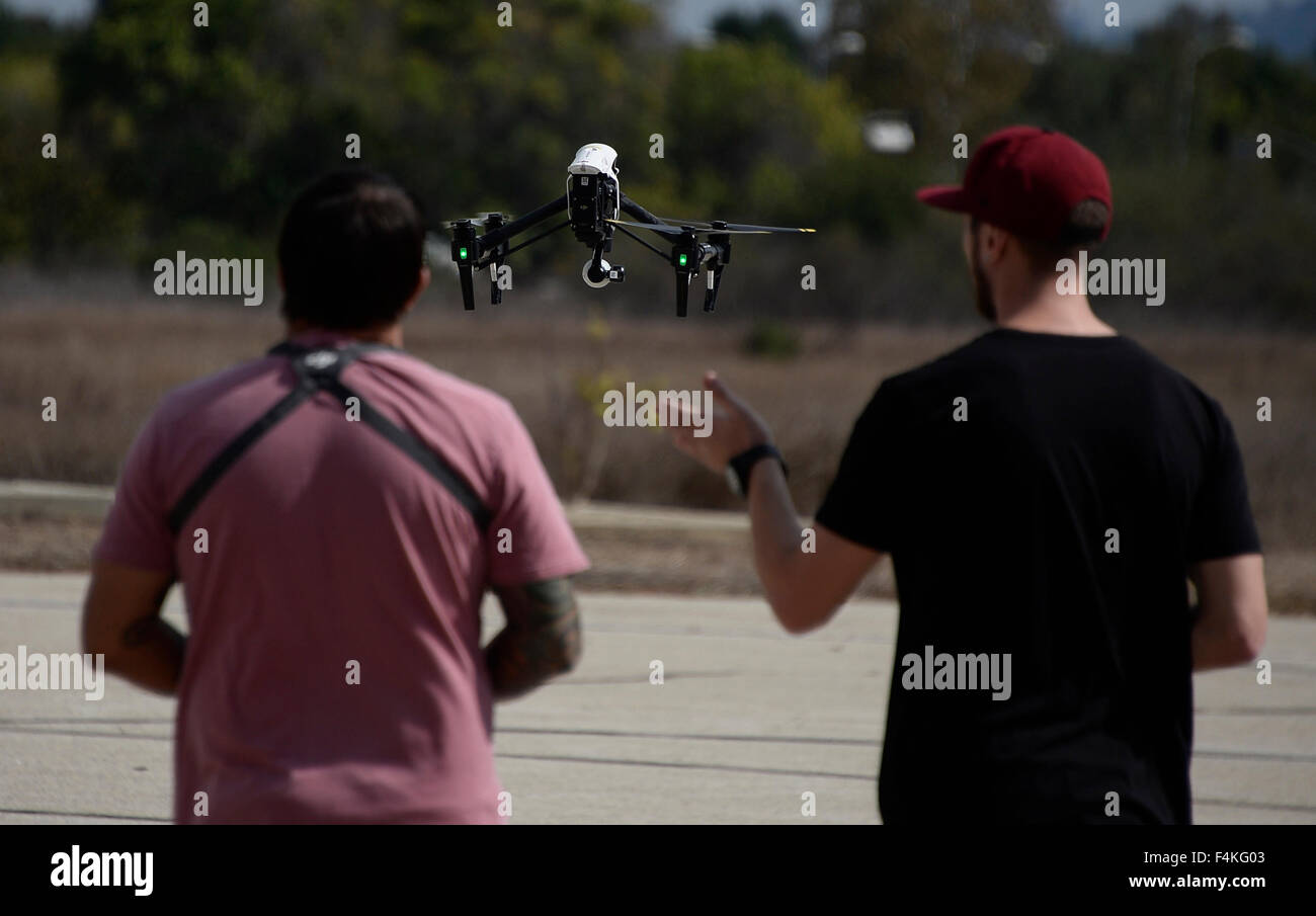 Van Nuys. 19th Oct, 2015. CA/US. Local drone flyers fly at the Woodley airpark Monday.Today in Washington the federal Stock Photo