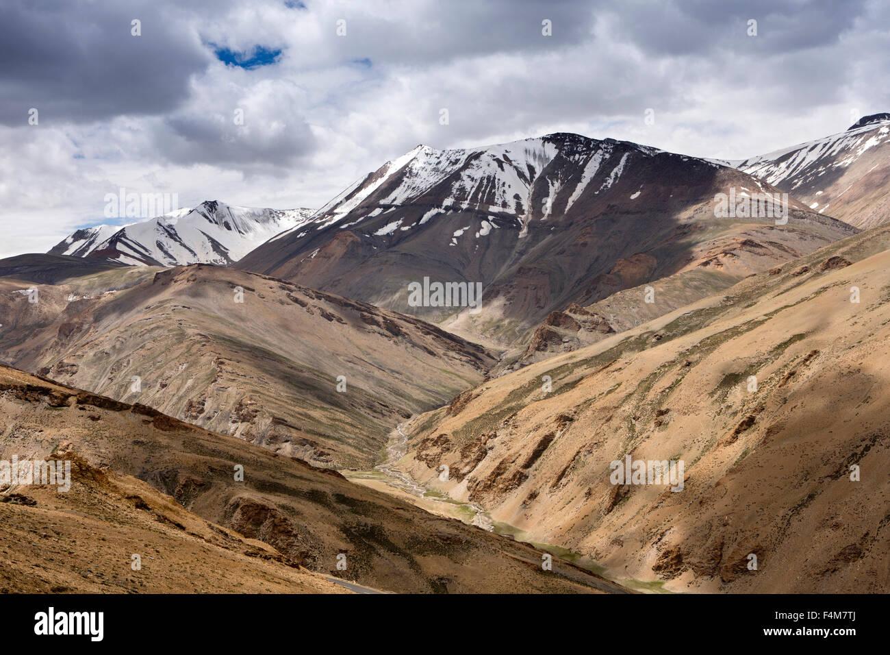 India, Jammu & Kashmir, Ladakh, Rumtse, snow capped mountains around Taglang La pass - Stock Image