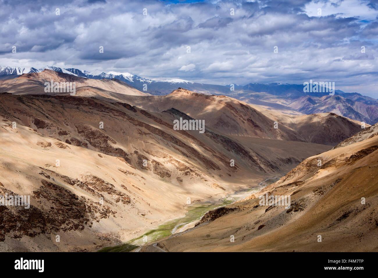 India, Jammu & Kashmir, Ladakh, Rumtse, snow capped mountains on approach to Taglang La pass - Stock Image
